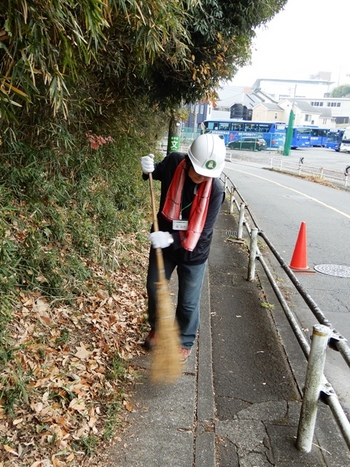 バス通り沿いの清掃.JPG